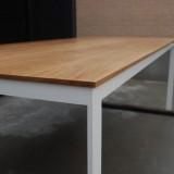 スチール脚のダイニングテーブル
